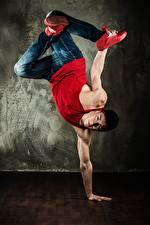 Фото Мужчина Танцы Майка Джинсы Рука