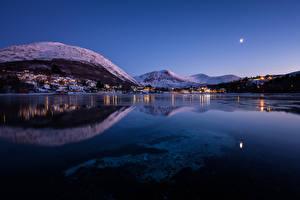 Фото Норвегия Здания Горы Озеро Зимние Ночные Straumen Города