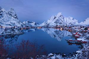 Картинка Норвегия Лофотенские острова Горы Здания Зимние Речка Пирсы Reine Города Природа