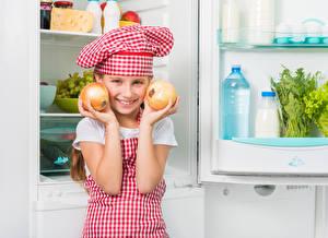 Картинки Лук репчатый Девочки Повар Улыбка Шапки Руки Холодильник Ребёнок