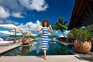 Фотографии Курорты Плавательный бассейн Шляпа Платье Очки Девушки