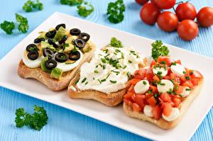Картинка Сэндвич Хлеб Овощи Цветной фон Доски Втроем Яйца Еда