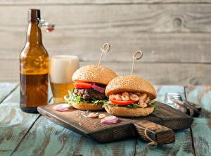 Картинка Сэндвич Гамбургер Пиво Разделочная доска Бутылка Пища