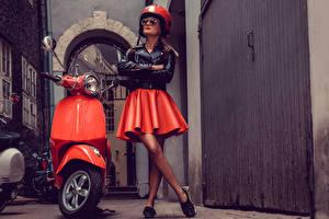 Обои Мотороллер Мотоциклист Юбки В шлеме Очки Куртка молодая женщина