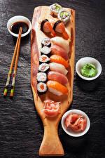 Фото Морепродукты Суси Рыба Серый фон Палочки для еды Продукты питания