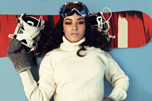 Обои Сноуборд Шатенка Очки Свитер Смотрит Девушки Спорт