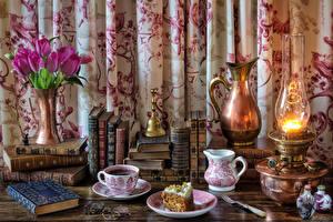 Фото Натюрморт Букеты Тюльпаны Керосиновая лампа Пирожное Кофе Кувшин Чашка Книга Еда
