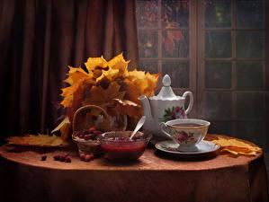 Фотографии Натюрморт Чайник Повидло Ягоды Стол Чашка Листва Еда