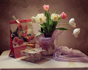 Фотография Натюрморт Тюльпаны Подарки Цветы