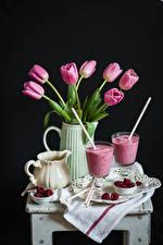 Фото Натюрморт Тюльпаны Малина Черный фон Кувшин Бокалы Пища