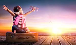 Фото Рассветы и закаты Самолеты Девочки Чемодан Шарф Руки Шапки Счастье Ребёнок