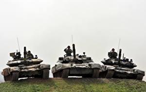 Картинки Танки Солдаты Втроем Российские Т-80U, Т-90A, Т-90C