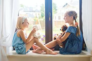 Картинка Мишки Окно Вдвоем Девочки Улыбка ребёнок