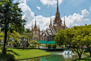 Фотография Таиланд Здания Храмы Пруд Газон Деревья Mahawiharn Temple Города