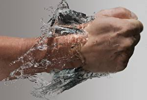 Фотографии Вода Крупным планом Руки Удар Серый фон