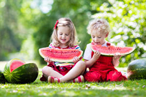 Фото Арбузы 2 Мальчики Девочки Сидит Ребёнок