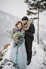 Картинки Зима Букеты Любовь Вдвоем Невеста Жених Снег Объятие