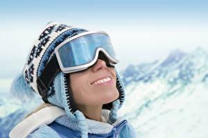 Обои Зима В шапке Очки Улыбка молодые женщины Спорт