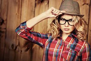 Фотографии Доски Блондинка Шляпа Очки Руки Смотрит Девушки