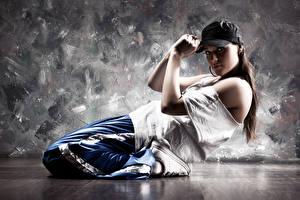 Картинки Кепка Танцует Смотрит молодые женщины
