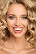 Картинка Блондинки Лицо Улыбается Зубы молодая женщина