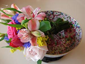 Картинки Букеты Розы Альстрёмерия Тюльпаны Цветной фон