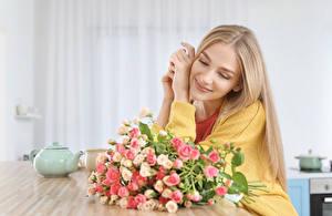 Картинка Букеты Розы Блондинка Улыбка Сидящие
