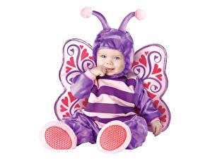 Фото Бабочка Белый фон Младенца Униформа Улыбается ребёнок