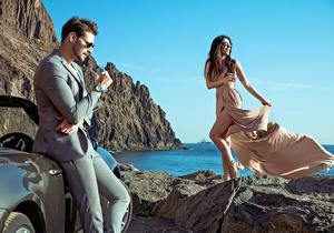 Фотографии Берег Мужчины 2 Шатенка Платье Очки Девушки