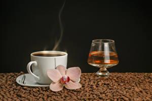 Картинка Кофе Алкогольные напитки Орхидеи Черный фон Чашка Пар Зерна Бокалы Пища