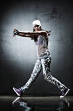 Фото Танцует В шапке Рука Джинсы молодая женщина
