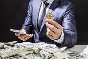 Фотографии Доллары Деньги Пальцы Монеты Bitcoin Руки Бизнес Костюм