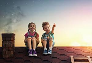 Картинка Вечер Крыша Двое Мальчики Девочки Улыбка Сидит Дети