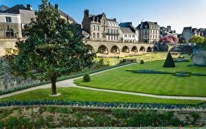 Фотографии Франция Дома Парк Газон Деревья Vannes Brittany город