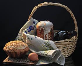 Фотографии Праздники Пасха Выпечка Кулич Черный фон Корзина Бутылка Яйца