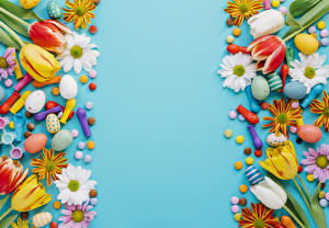 Картинка Праздники Пасха Тюльпаны Хризантемы Конфеты Цветной фон Яйца Шар