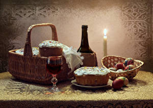 Фотографии Праздники Натюрморт Пасха Кулич Свечи Вино Яйцо Корзина Бутылки Бокал Пища