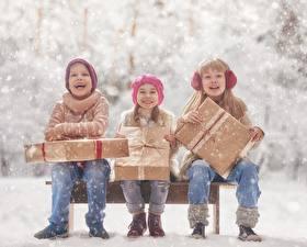Фотографии Девочки Мальчики Сидит Подарки Счастливые Втроем Дети