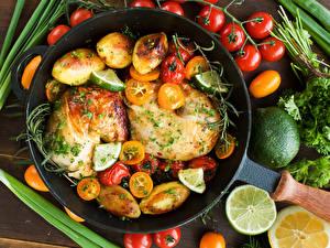 Фото Мясные продукты Курица запеченная Овощи Картошка Томаты Лимоны Сковорода Пища