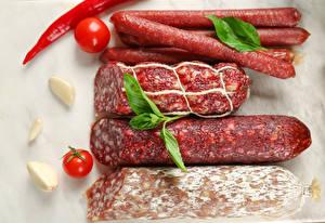 Фото Мясные продукты Колбаса Помидоры Перец овощной Чеснок