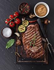 Фотография Мясные продукты Томаты Приправы Разделочной доске Соли