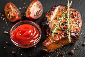 Обои Мясные продукты Помидоры Специи Серый фон Кетчуп Еда