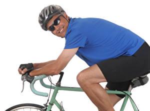 Картинка Мужчины Белый фон Улыбка Шлем Очки Велосипед Спорт