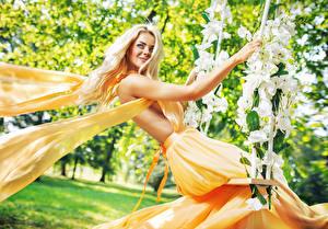 Картинки Орхидеи Блондинка Улыбка Качели Платье
