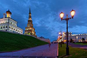 Фотографии Россия Здания Храмы Дороги Вечер Уличные фонари Kazan Kremlin Города