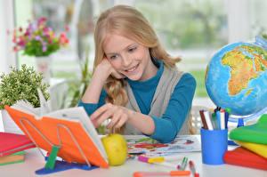 Фотография Школьные Девочки Улыбка Книга Глобус Ребёнок