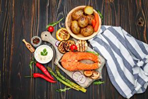 Фотографии Морепродукты Рыба Картофель Перец овощной Овощи Лососи Доски Разделочной доске Продукты питания