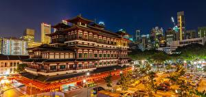 Обои Сингапур Здания Храмы Вечер Городская площадь Уличные фонари Buddha Tooth Relic Temple Chinatown Города