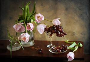Фотографии Натюрморт Букеты Тюльпаны Виноград Стол Ваза Цветы
