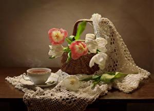 Картинка Натюрморт Тюльпаны Чай Корзина Чашка Стол Цветы